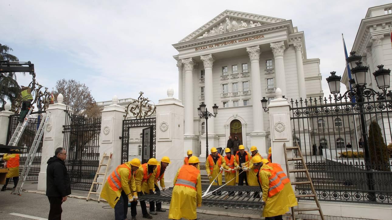 πΓΔΜ: Από την Τρίτη και επίσημα Βόρεια Μακεδονία - Κατέβασαν τις επιγραφές από το κυβερνητικό κτήριο