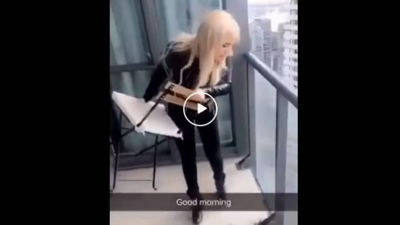 Σάλος με βίντεο ξανθιάς να πετά καρέκλα σε πολυσύχναστο δρόμο από το μπαλκόνι