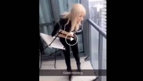 Σάλος με βίντεο ξανθιάς να πετά καρέκλα σε… πολυσύχναστο δρόμο από το μπαλκόνι (vid)
