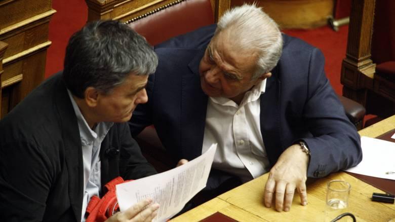 Τα κόκκινα δάνεια βάζουν τέσσερις υπουργούς στο «κόκκινο»