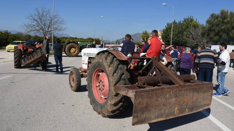Μπλόκα αγροτών: Κλείνουν τον κόμβο Πλατύκαμπου - Συγκέντρωση για το μέλλον των κινητοποιήσεων