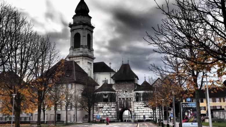 Η «κρυμμένη» πόλη της Ελβετίας και η μυστηριώδης «εμμονή» της με τον αριθμό 11