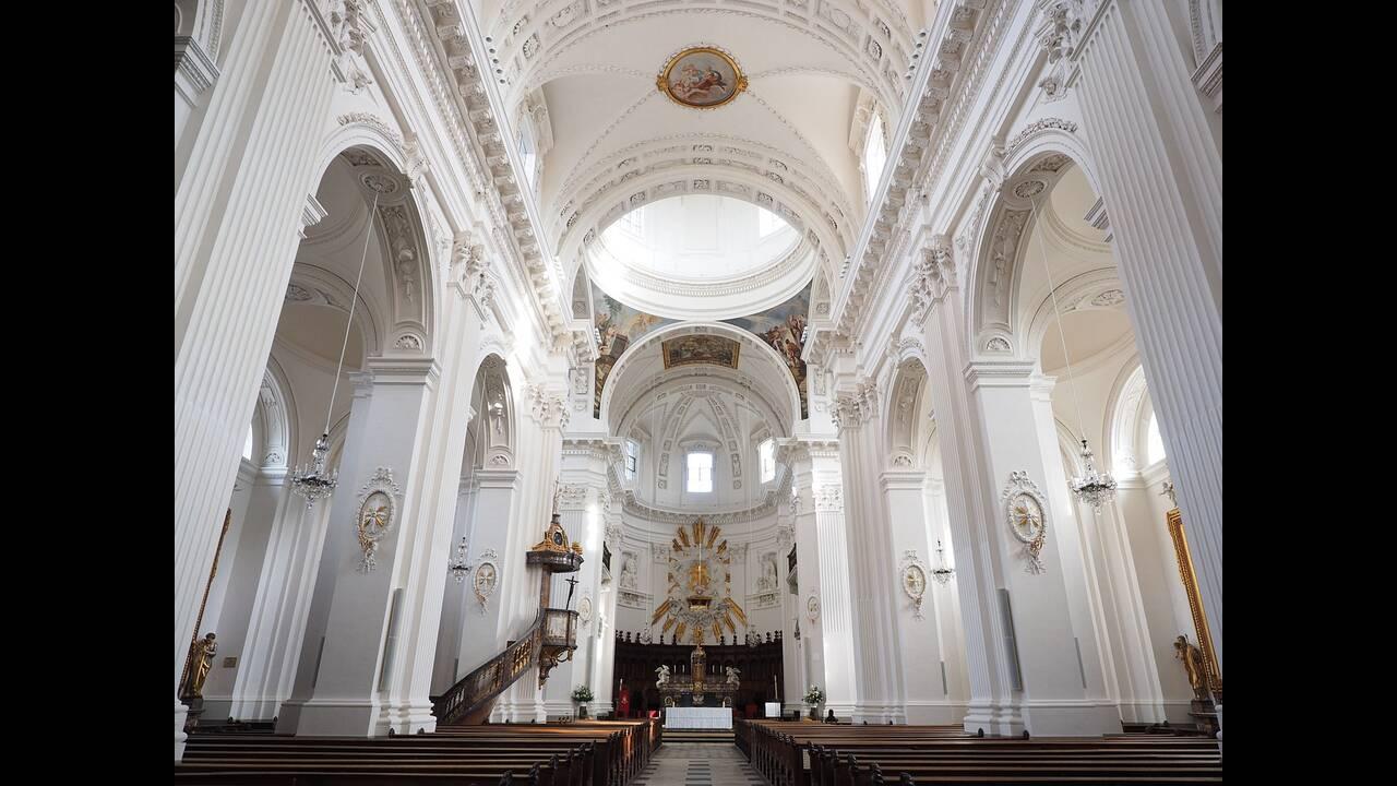https://cdn.cnngreece.gr/media/news/2019/02/12/165438/photos/snapshot/st-ursus-cathedral-780021_1280.jpg