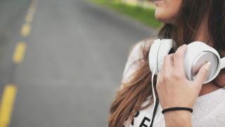 Οι ειδικοί προειδοποιούν: Πώς οι μουσικές συνήθειες των millennials θέτουν σε κίνδυνο την ακοή τους