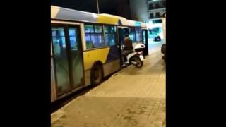 Απίστευτος τύπος μπήκε με το μηχανάκι του σε λεωφορείο του ΟΑΣΑ