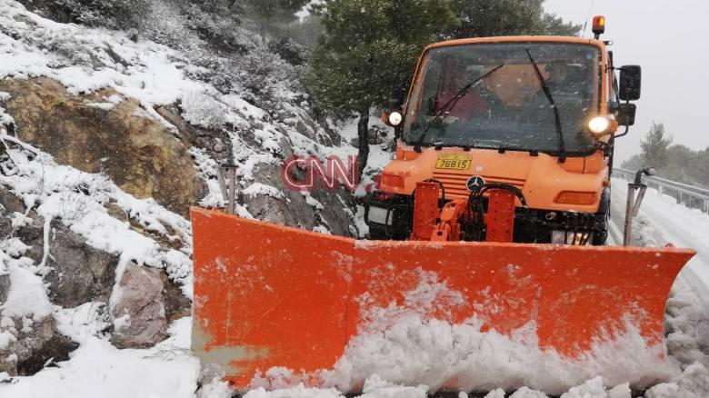 Καιρός: Τα χιόνια έφτασαν στην Αττική - Διεκόπη η κυκλοφορία στη λεωφόρο Πάρνηθος