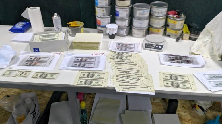 Σπείρα έστησε «κεντρική τράπεζα» τυπώνοντας πλαστά δολάρια στη Θεσσαλονίκη