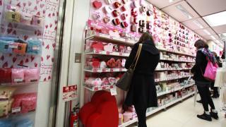 Οι Γιαπωνέζες πολεμούν τον Άγιο Βαλεντίνο με «όπλο» τη σοκολάτα