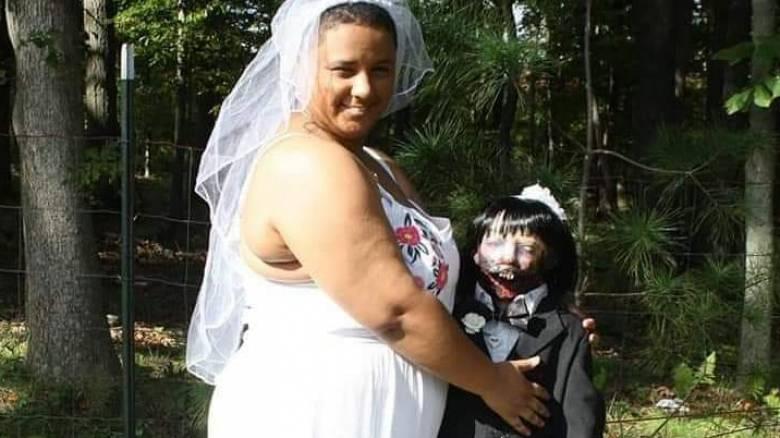 «Είμαι πανευτυχής»: Παντρεύτηκε μία... κούκλα ζόμπι μετά από τέσσερα χρόνια σχέσης