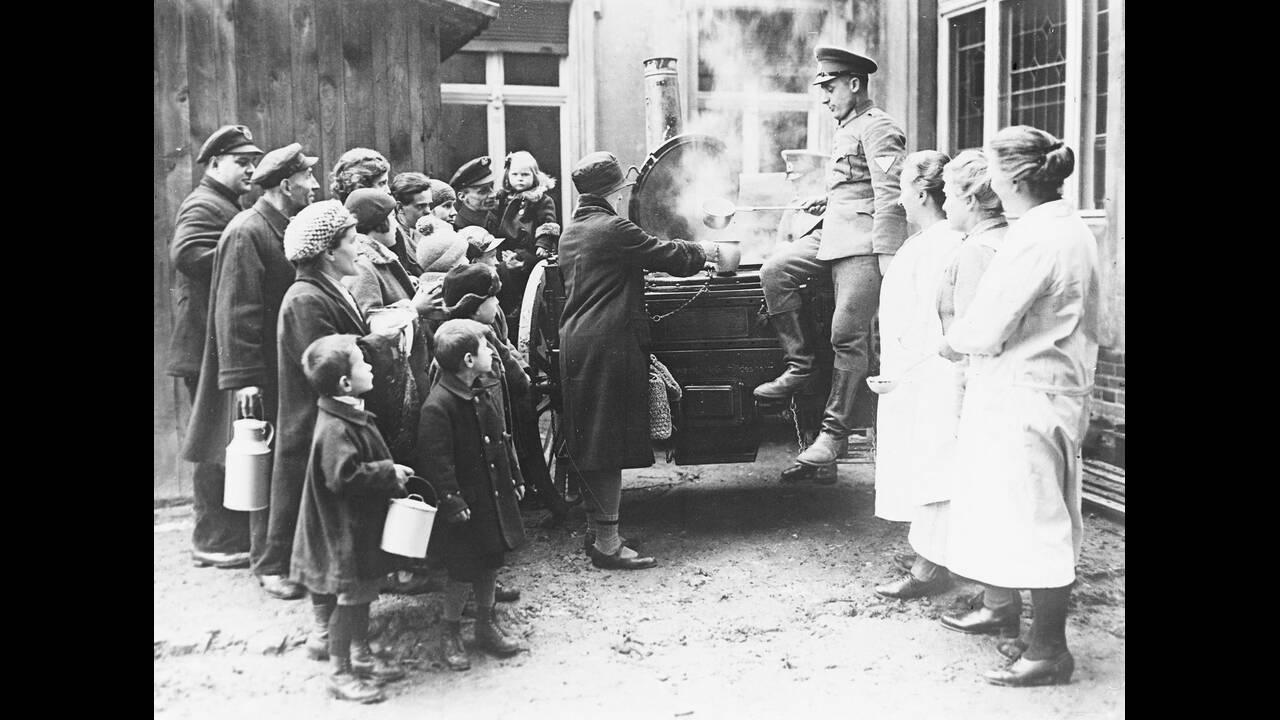 1931 Γερμανοί στρατιώτες μοιράζουν φαγητό σε συσσίτιο για τους φτωχούς, στο Βερολίνο.