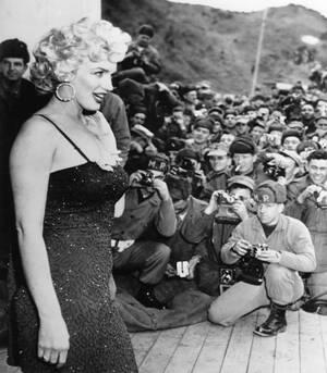 1954 Η Μέρλιν Μονρόε στην πρώτη της στάση, στο Αρχηγείο των Πεζοναυτών, κατά τη διάρκεια της τετραήμερης περιοδείας της στην Κορέα.