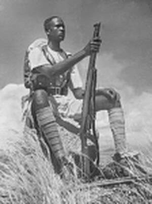1945 Ένας λευκός 19χρονος Μπιμπάσι (λοχαγός) της Αμυντικής Δύναμης του Ισημερινού είναι ίσως ο πιο μοναχικός στρατιώτης στη Μέση Ανατολή. Η μονάδα του αποτελείται αποκλειστικά από Σουδανούς και ο εγγύτερος λευκός στρατιώτης βρίσκεται 250 χιλιόμετρα μακρι