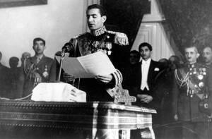 1950 Ο Σάχης του Ιράν, Ρεζά Παχλεβί διαβάζει τον εναρκτήριο λόγο του στην πρώτη συνεδρίαση της πρώτης Γερουσίας της χώρας του.