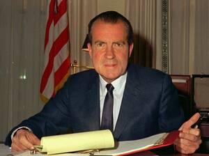 1969 Ο Πρόεδρος Νίξον στο γραφείο του. Για πάνω από 20 χρόνια μόνο οι εισαγγελείς άκουγαν τις 3,700 ώρες συνομιλιών που ηχογράφησε κρυφά ο Νίξον κατά τη διάρκεια της προεδρίας του. Η κυβέρνηση έδωσε σε κοινή χρήση 201 ώρες από αυτές τις συνομιλίες, το 19
