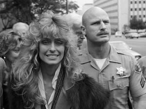 1982 Η Φάρα Φόσετ φεύγει από το δικαστήριο στο Λος Άντζελες, λίγο μετά την απόφαση του δικαστή Harry Schaefer ότι το σπίτι -αξίας 2.5 εκατομμυρίων δολαρίων- στο οποίο έμενε η Φόσετ με τον εν διαστάσει σύζυγό της Λι Μέιτζορς, ανήκει και στους δύο.