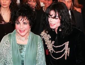 1997 Η Ελίζαμπεθ Τέιλορ με το φίλο της Μάικλ Τζάκσον, φτάνουν στο θέατρο Pantages, στο Χόλιγουντ, όπου θα γίνει ένα πάρτι για τα 65α γενέθλια της Τέιλορ.