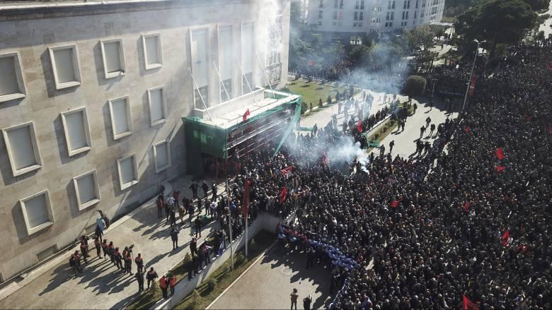 Χάος στην Αλβανία: Συγκρούσεις και ένταση έξω από το πρωθυπουργικό μέγαρο