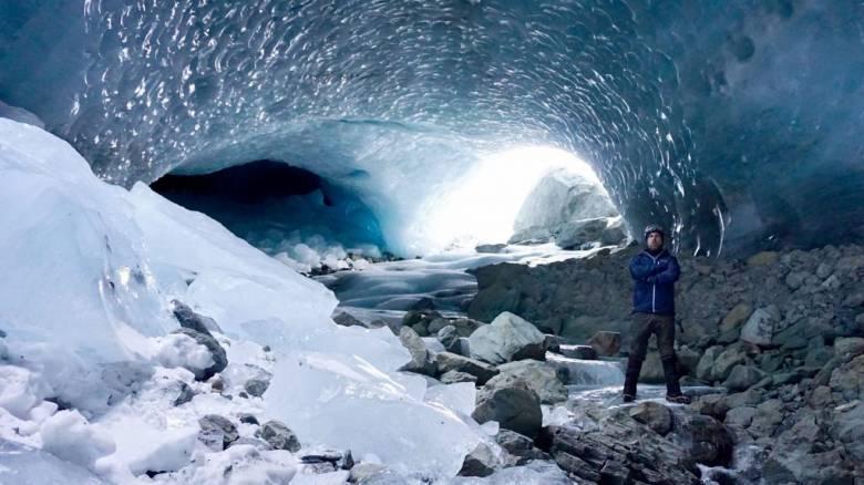 Εικόνες που κόβουν την ανάσα: Μέσα στις «εξωγήινες» σπηλιές της Ελβετίας