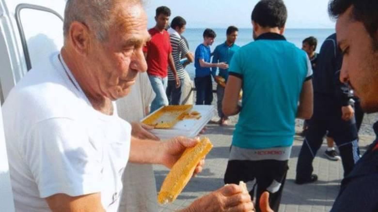 Ο Γιούνκερ αποχαιρετά τον φούρναρη των προσφύγων