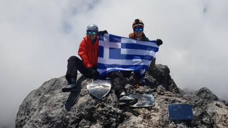 Στη «Στέγη του Κόσμου» θέλουν να υψώσουν τη σημαία δύο Ελληνίδες