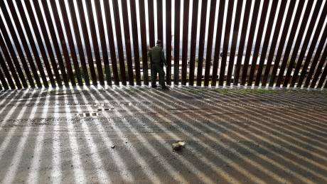 Σύμβουλος Τραμπ: Εκατοντάδες χιλιόμετρα τείχους θα ανεγερθούν έως το 2020