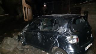 Νεαρό ζευγάρι καταπλακώθηκε μέσα στο αυτοκίνητο του από τοίχο
