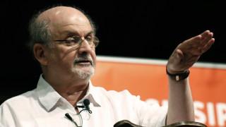 Σαλμάν Ρούσντι: 30 χρόνια μετά την επικήρυξή του από το Ιράν, ζει και γράφει ακόμα υπέροχα βιβλία
