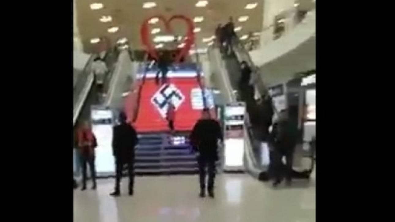 Κίεβο: Σάλος με ναζιστική σημαία τυπωμένη στις σκάλες εμπορικού κέντρου
