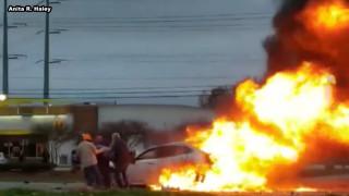 Διάσωση στο παρά πέντε: Kαλοί σαμαρείτες σώζουν γυναίκα από φλεγόμενο αυτοκίνητο