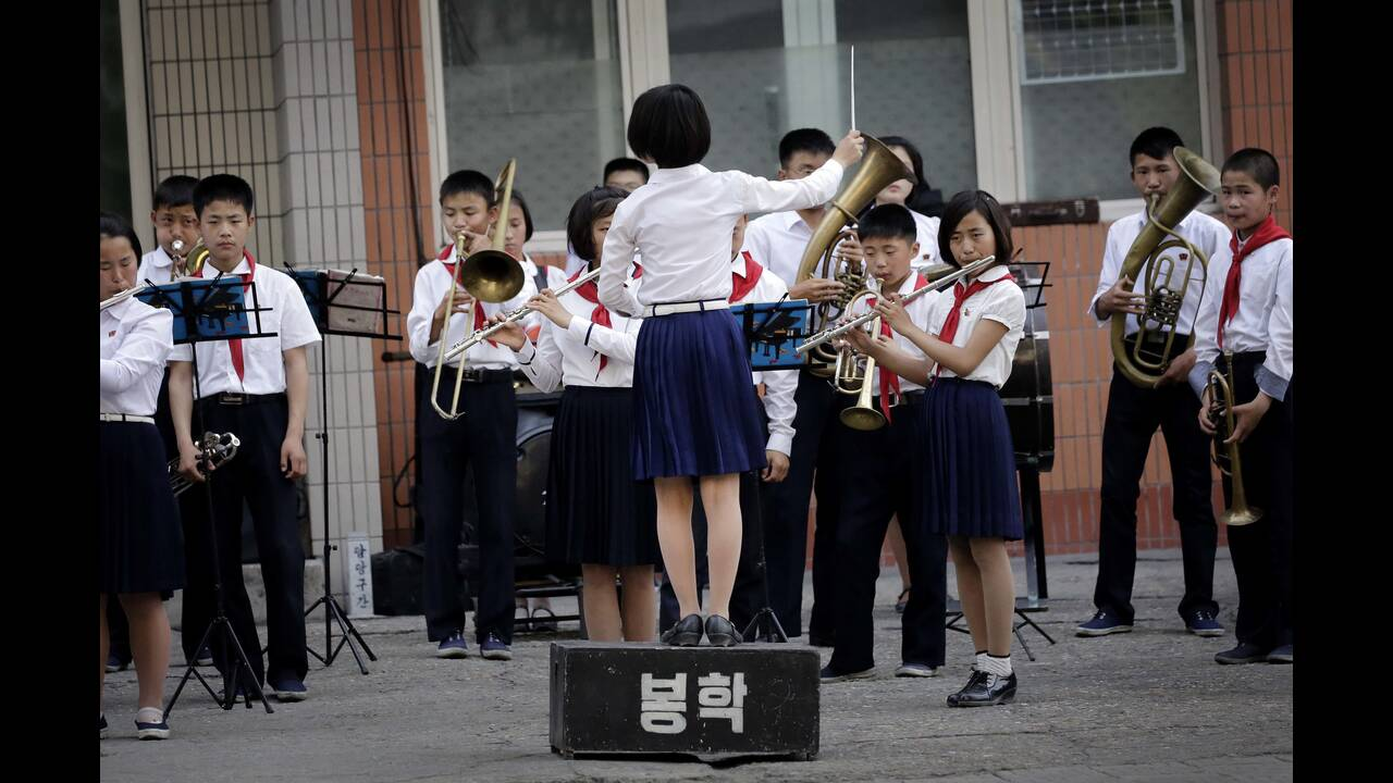 Η σχολική μπάντα παιζει στους δρόμους της Πιονγιάνγκ κάθε Παρασκευή...