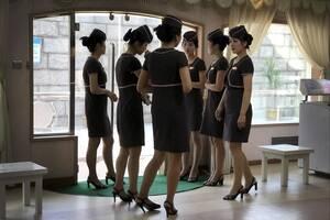 Οι σερβιτόρες περιμένουν τους πελάτες σε ένα πλωτό εστιατόριο στον ποταμό Ταεντόνγκ.