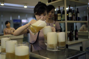 """Η """"εθνική"""" μπύρα Taedonggang θεωρείται μια από τις καλύτερες στον κοσμο και είναι το πρώτο σε προτίμηση ποτό ανάμεσα στυς Βορειοκορεάτες.."""