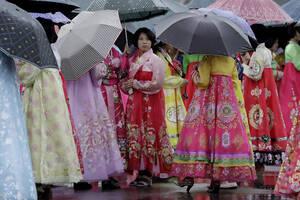 Φοιτήτριες φορούν παραδοσιακές στολές για να συμμετάσχουν στους εορτασμους για την επέτειο της ανακωχής που έδωσε τέλος στον πόλεμο της Κορέας.