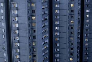 Καθώς πέφτει το σκοτάδι, ανάβουν τα φώτα στα διαμερίσματα. Η συντριπτική πλειοψηφία των κατοίκων της Πιονγιάνγκ μένει σε ουρανοξύστες.