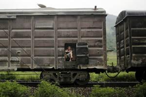 Το εμπορικό τραίνο ταξιδεύει προς την Πιονγιάνγκ. Άγνωστο εάν ο άντρας είναι λαθρεπιβάτης ή πλήρωσε εισιτήριο.
