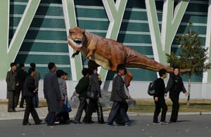 Ένας δεινόσαυρος έξω από το Ζωολογικό κήπο της Πιονγιάνγκ...