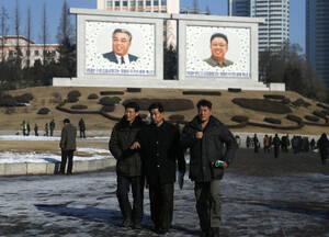 Αν και νεκροί, ο Κιμ Ιλ Σούνγκ και ο Κιμ Γιονγκ Ιλ, είναι παντού.