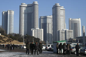 Μια τυπική γειτονιά με ουρανοξύστες στην Πιονγιάνγκ.