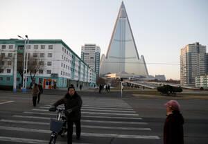 Το ξενοδοχείο Ryugyong άρχισε να κατασκευάζεται το 1987 αλλά η κατασκευή σταμάτησε πριν ολοκληρωθεί και δεν έχει υποδεχθεί ποτέ επισκέπτες. Είναι το ψηλότερο ημιτελές κτήριο στον πλανήτη.