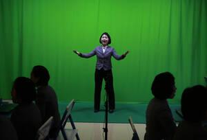 Μια φοιτήτρια τραγουδάει στο διάλειμμα των μαθημάτων, στη σχολή υπολογιστών της Πιονγιάνγκ.