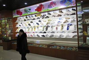 Αθλητικά παπούτσια Βορειοκορεατικής κατασκευής.