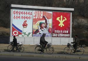 Αφίσες προπαγάνδας παντού στους δρόμους.