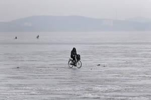 Ποδηλατάδα στον παγωμένο ποταμό Ταεντόνγκ, στο Νάμπο.
