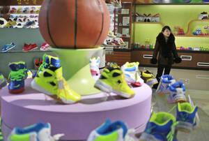 Παπούτσια του μπάσκετ, στο εργοστάσιο Ryuwon. Ο καταναλωτισμός γνωρίζει μια (σχετική) άνθιση τα τελευταία χρόνια.