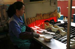 Εργάτρια στη γραμμή παραγωγής του εργοστασίυ παπουτσιών Ryuwon.