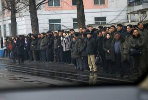 Άνθρωποι περιμένουν στωικά το λεωφορείο...