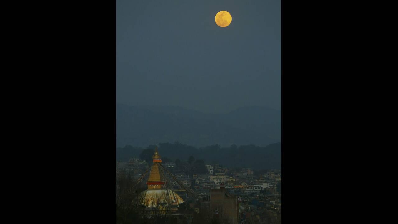 Η υπερσελήνη από την πρωτεύουσα του Νεπάλ, Κατμαντού.