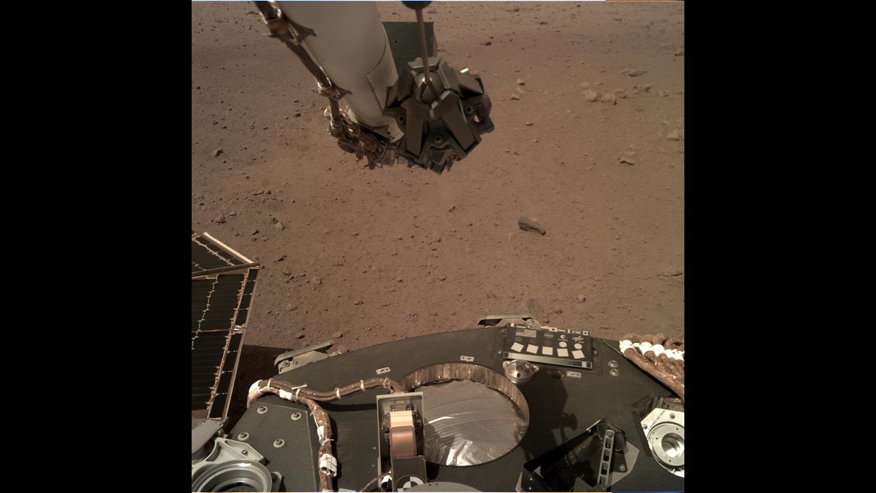 https://cdn.cnngreece.gr/media/news/2019/02/20/166350/photos/snapshot/_mars.nasa.gov_insight-raw-images_surface_sol_0010_idc_D001R0010_597419012EDR_F0004_0010M_.PNG