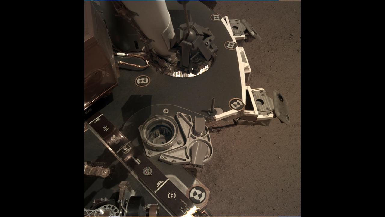 https://cdn.cnngreece.gr/media/news/2019/02/20/166350/photos/snapshot/_mars.nasa.gov_insight-raw-images_surface_sol_0010_idc_D003L0010_597413725EDR_F0002_0080M_.PNG