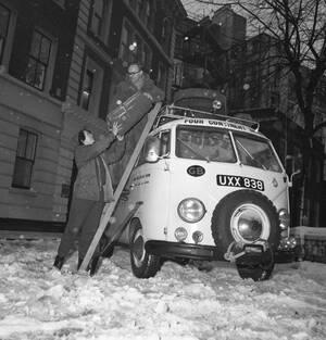Το κλασικό campervan της Volkswagen, η περίφημη «κλούβα» των χίπις, είναι ένα από τα αυτοκίνητα που επιστρέφουν ηλεκτρικά.
